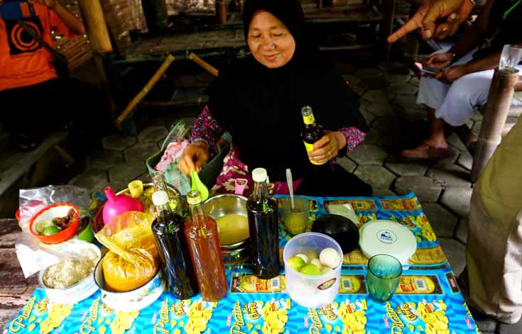 Local lady making jamu in Yogyakarta